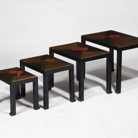 Suite de quatre tables gigognes en laque noire, circa 1925.